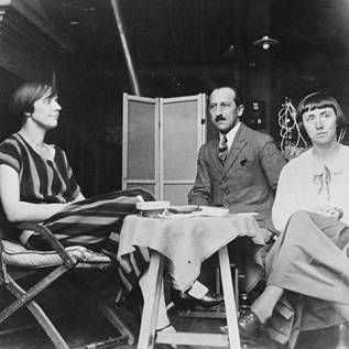 Photo of Nelly van Doesburg, Piet Mondrian, and Hanna Höch in the studio of Theo van Doesburg (1924)