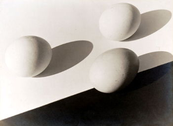 Aenne Biermann's Three Eggs (1928) is an example of depictions of everyday objects favored by some of the Neue Sachlichkeit photographers